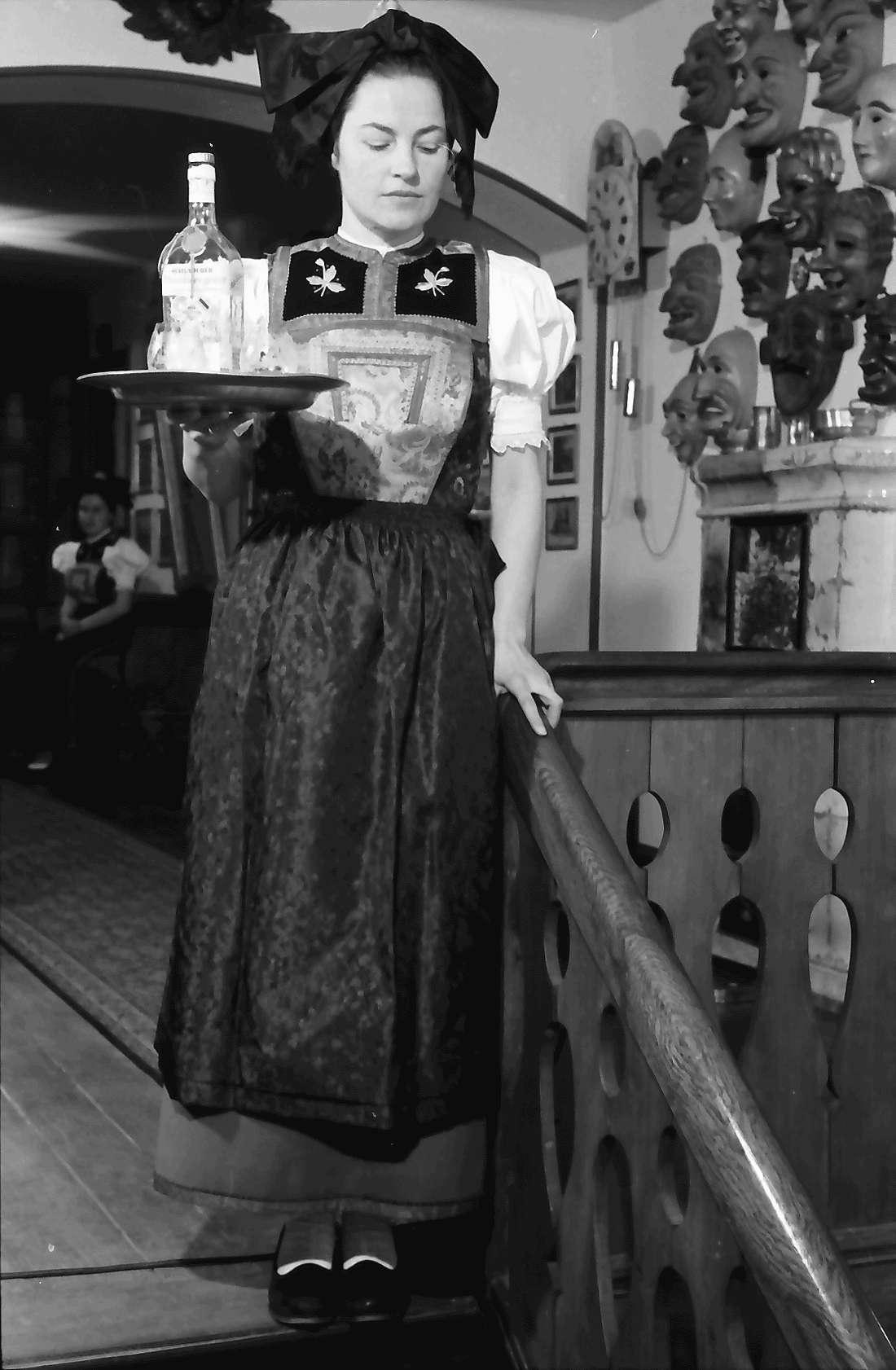 Staufen: Haus Schladerer; Mädchen in Altstaufener Tracht; mit Tablett, Bild 1