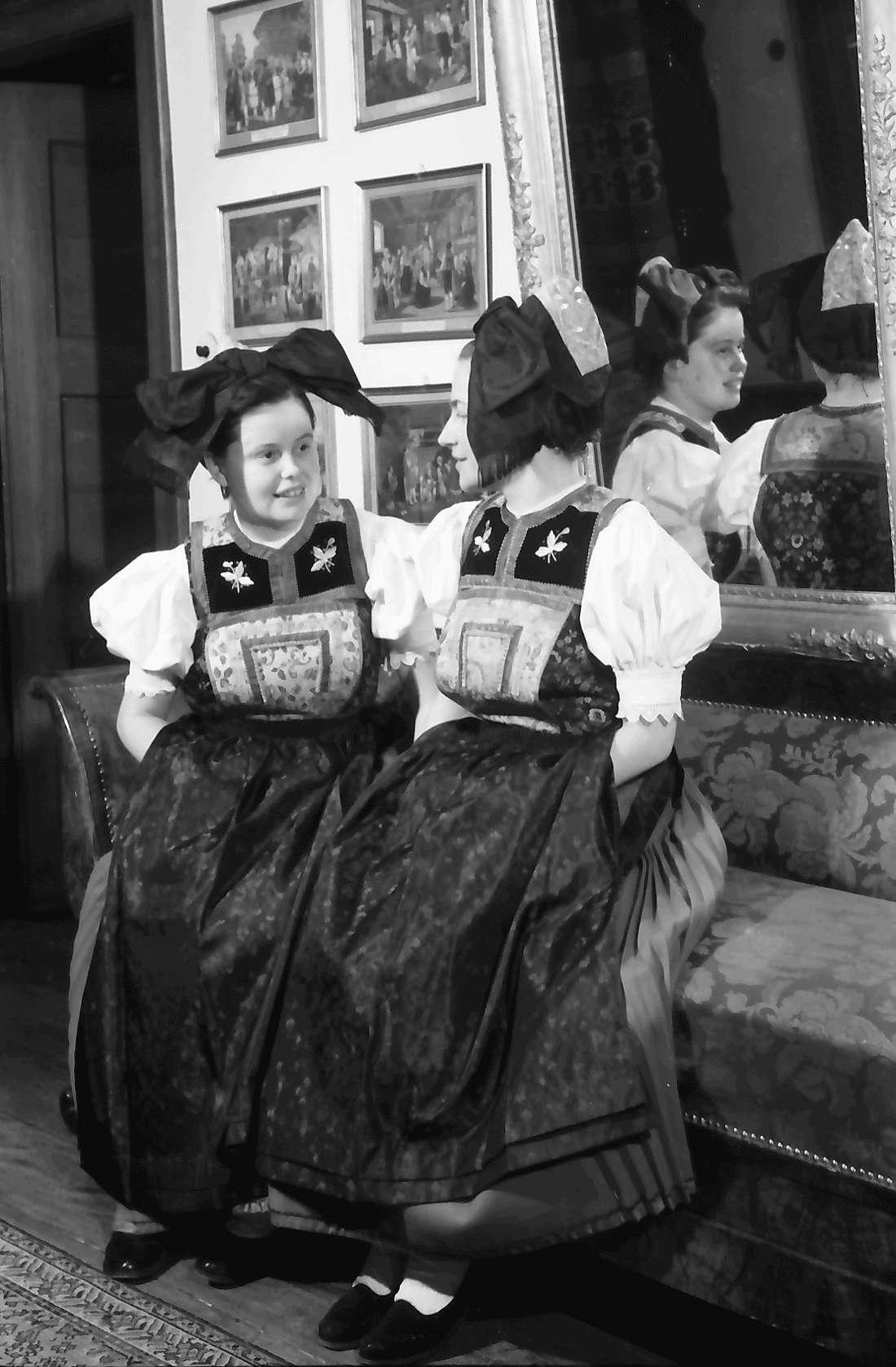 Staufen: Haus Schladerer; Mädchen in Altstaufener Tracht; zwei Trachten; sitzend, Bild 1