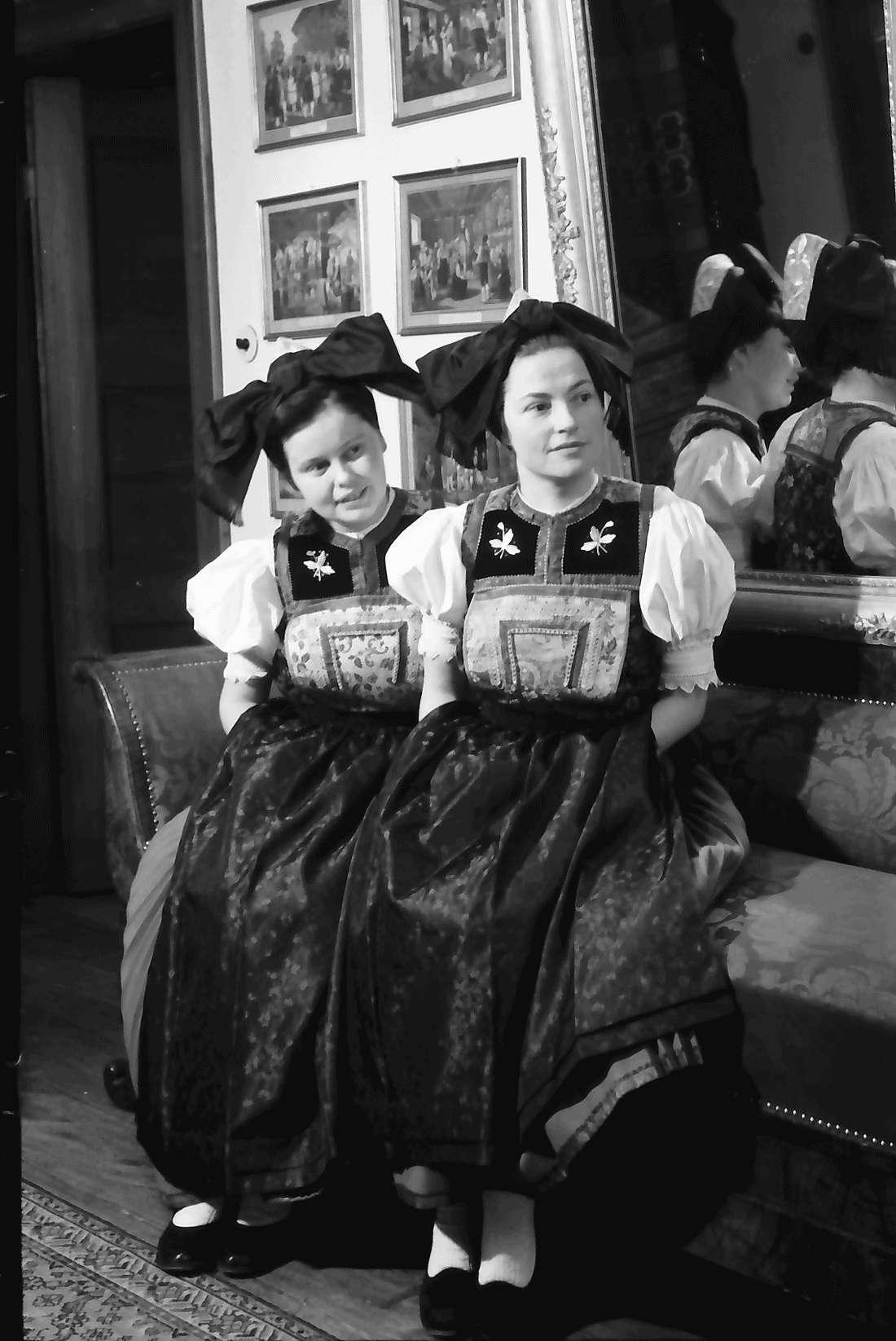 Staufen: Haus Schladerer; Mädchen in Altstaufener Tracht; zwei Trachten; sitzend, Bild 2
