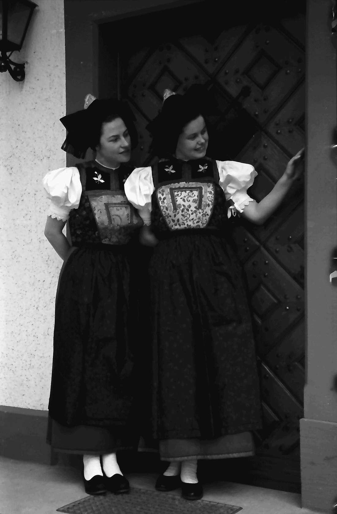 Staufen: Haus Schladerer; Mädchen in Altstaufener Tracht; vor der Haustür, Bild 1