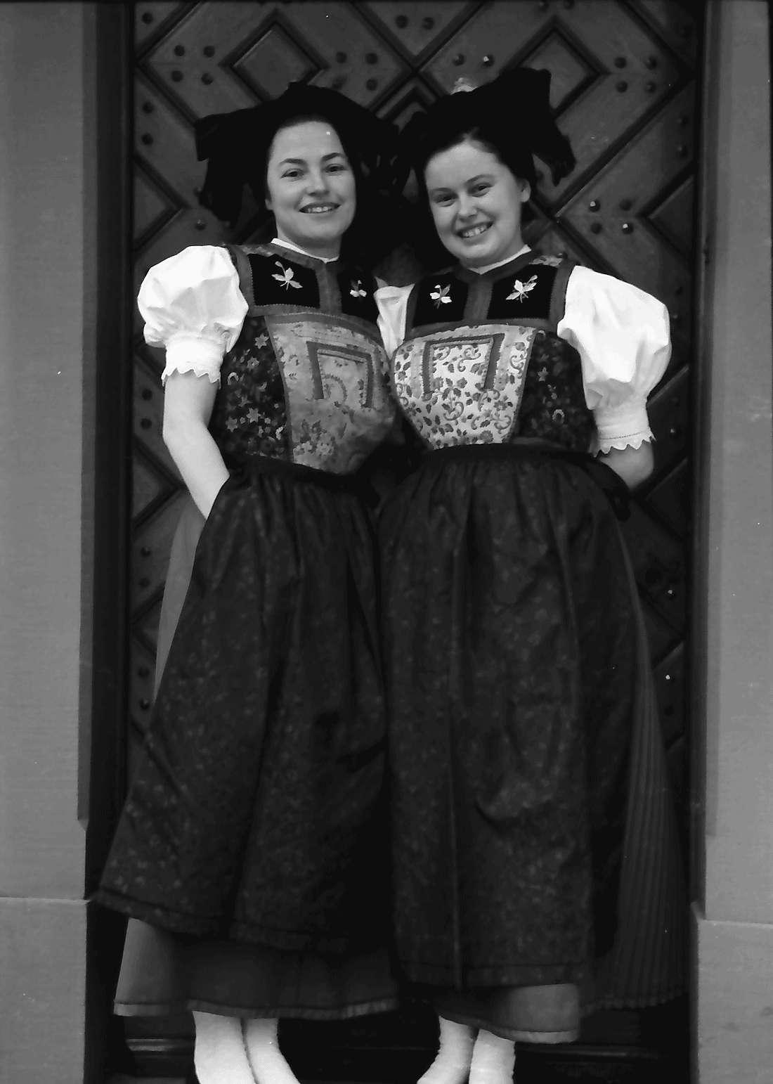 Staufen: Haus Schladerer; Mädchen in Altstaufener Tracht; vor der Haustür, Bild 2