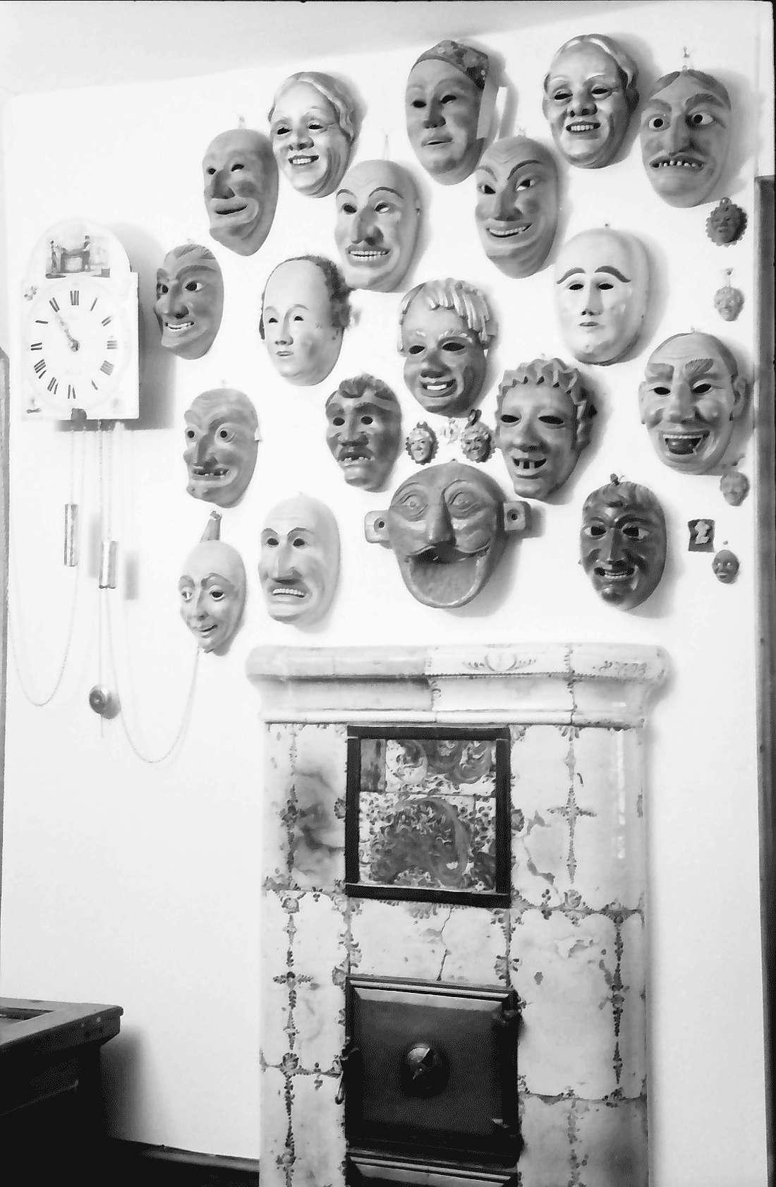 Staufen: Haus Schladerer; Masken und Ofen an der Wand, Bild 1
