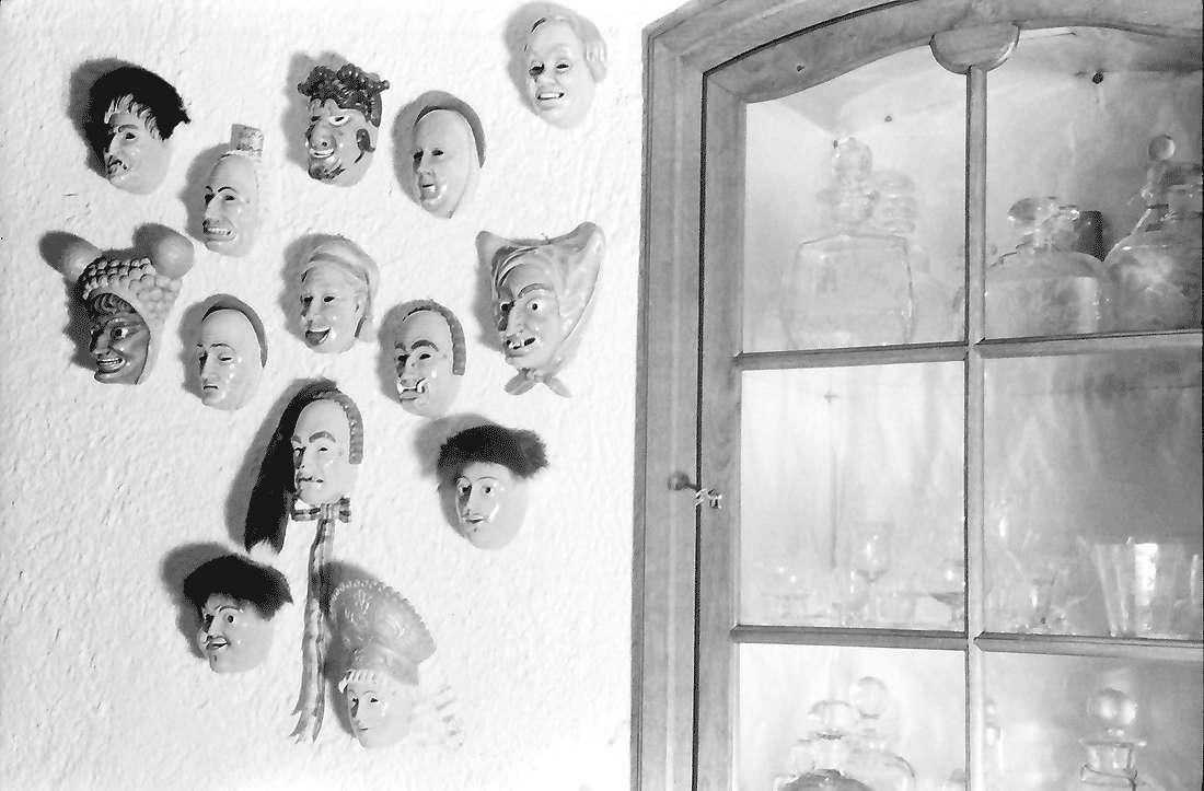 Staufen: Haus Schladerer; Kleine Masken an der Wand, Bild 1