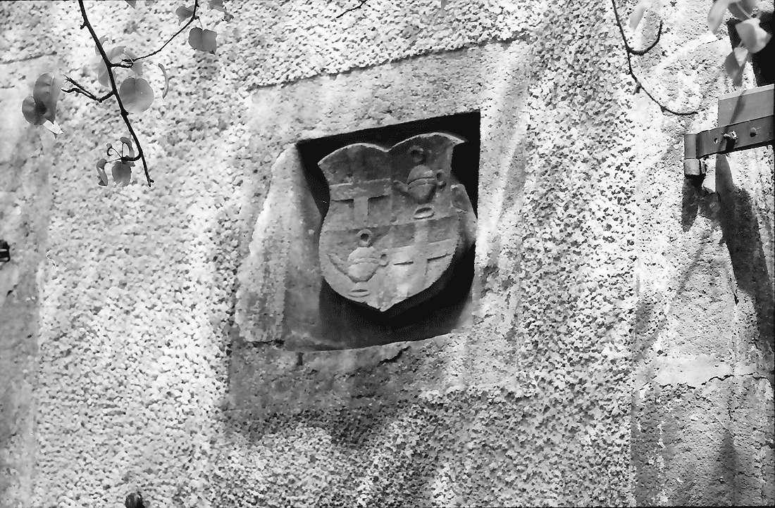Heitersheim: Wappen der Schilling von Cannstatt an der Außenwand des Schlosses, Bild 1