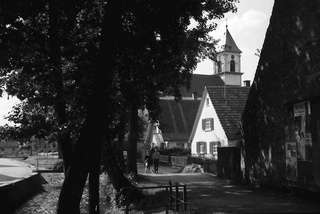 Heitersheim: Am Bach mit Kirchturm, Bild 2