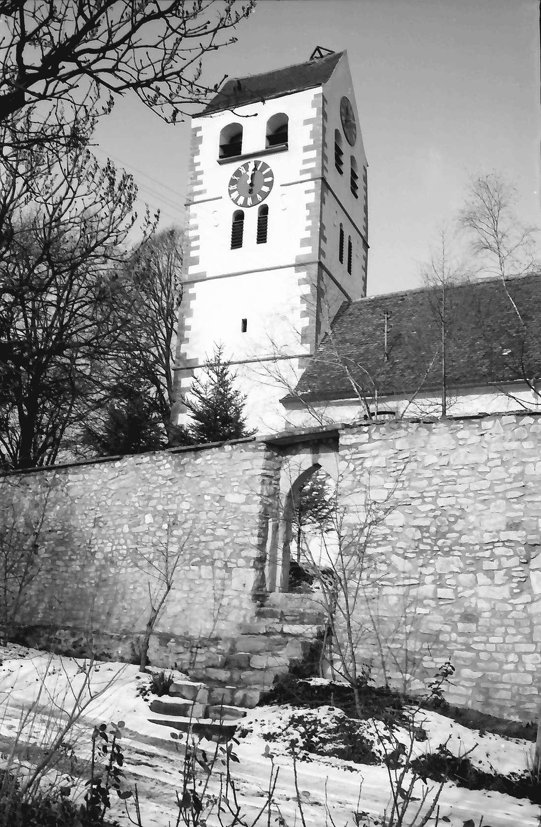 Betberg: Evangelische Kirche nach der Renovierung; Turm mit Befestigungsmauer, Bild 1