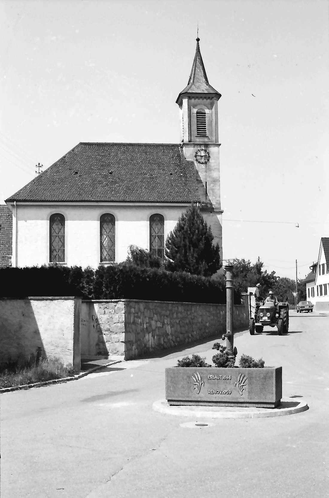 Heitersheim; Gallenweiler: Kirche; davor Traktor und Pumpe, Bild 1