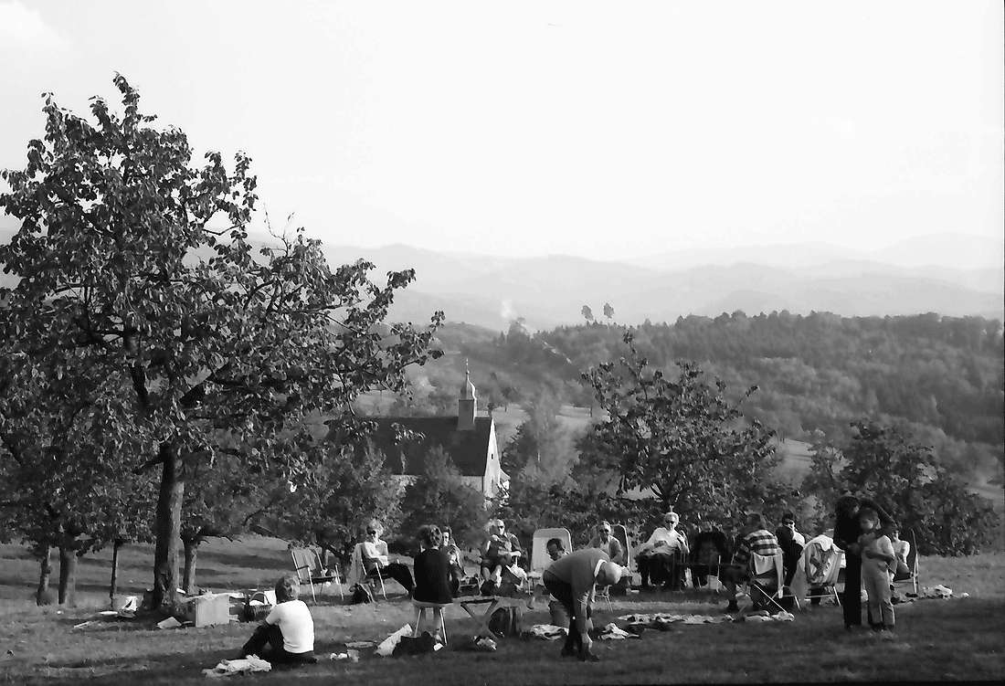 Ebringen: Gesellschaft auf Spielweise an der Berghausener Kapelle bei Ebringen, Bild 1