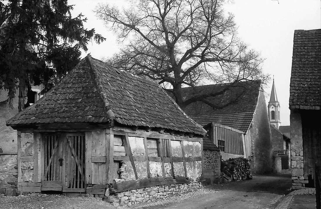 Hartheim: Alte Scheue und Gasse zur Kirche, Bild 2