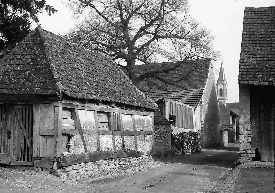 Hartheim: Alte Scheue und Gasse zur Kirche, Bild 1