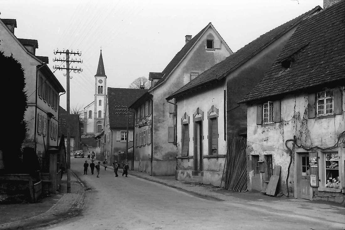 Laufen: Straße mit Kirche, Bild 1