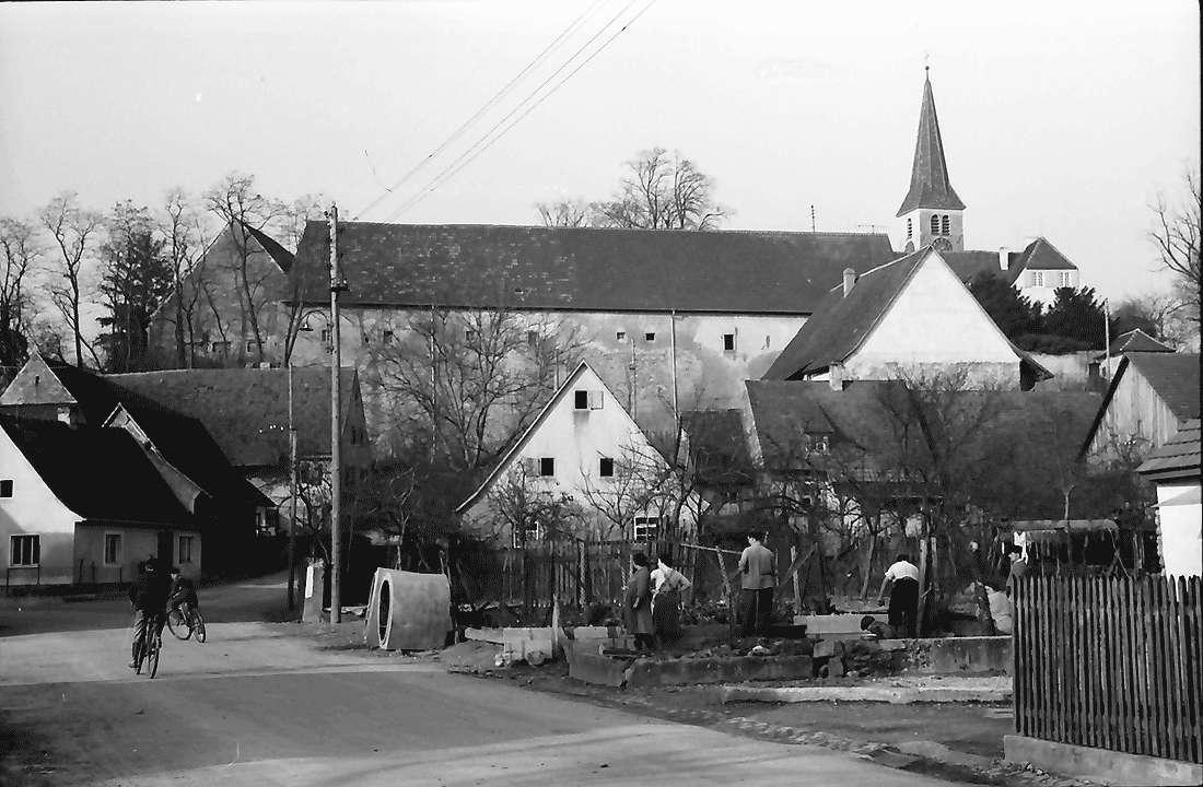 Biengen: Ortsbild mit Kirche, Bild 1