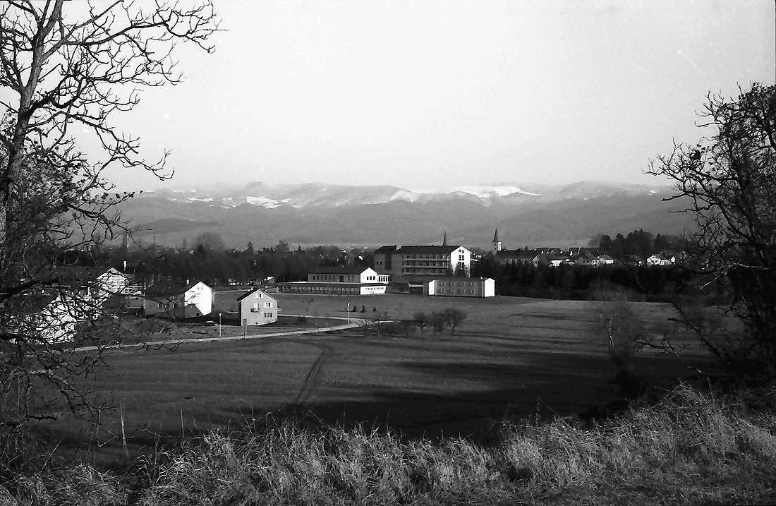 Bad Krozingen: Blick auf den Ort; mit verschneiten Schwarzwaldbergen, Bild 2