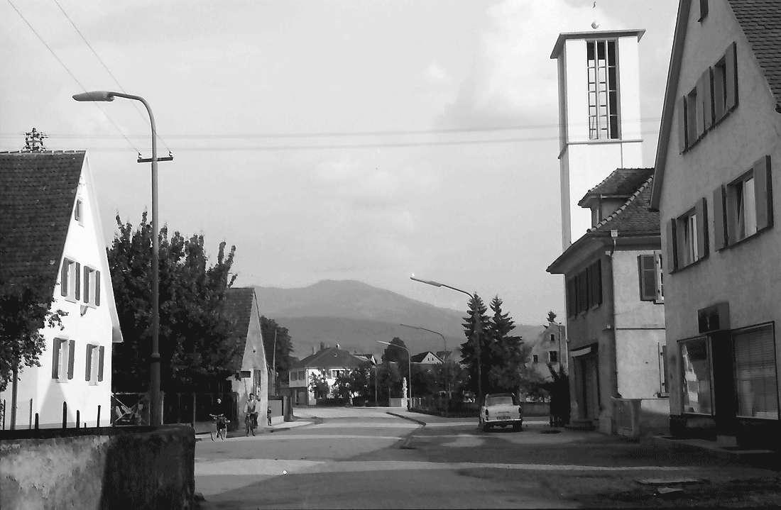 Buggingen: Dorfstraße; rechts Kirche, Bild 1