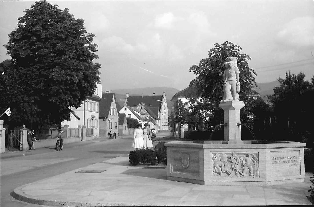 Buggingen: Dorfstraße mit Brunnen, Bild 1