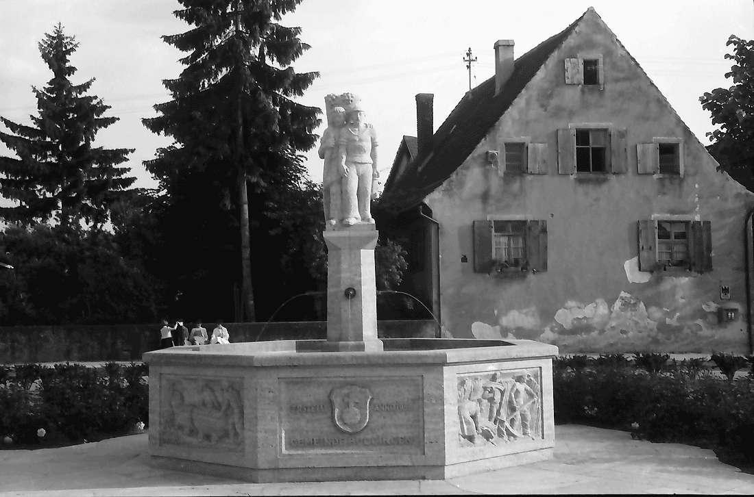 Buggingen: Brunnen; näher, Bild 1