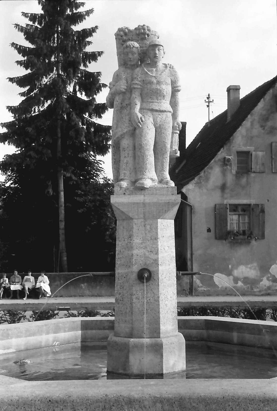 Buggingen: Brunnen; Steinfigur, Bild 1
