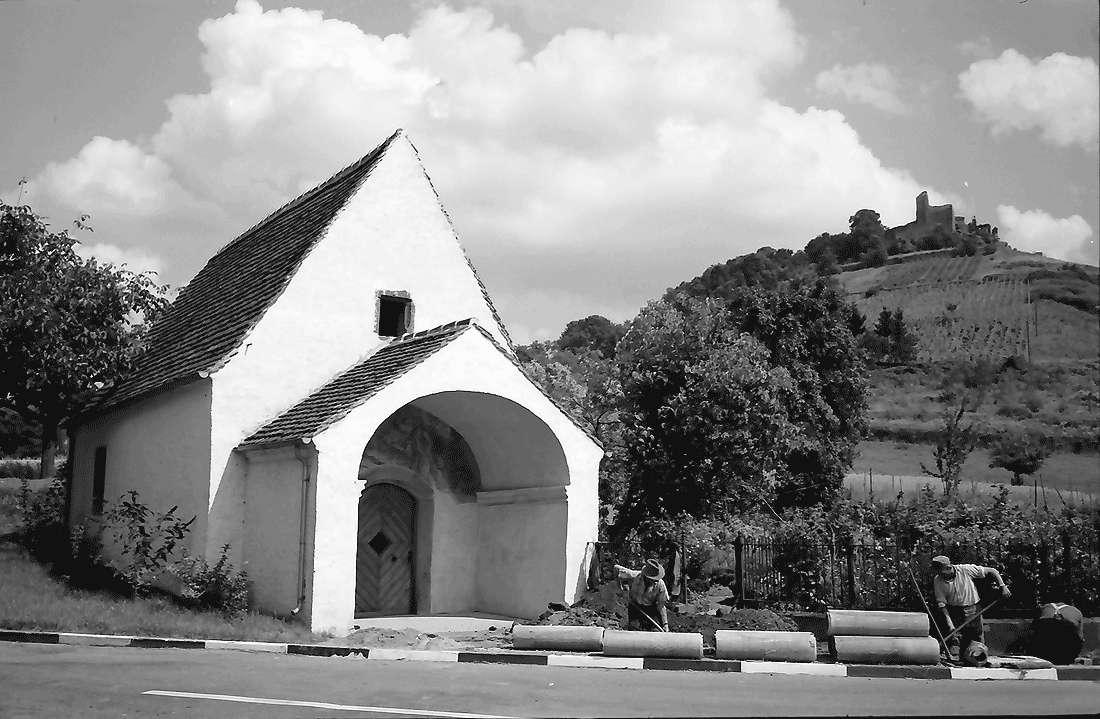 Staufen: Magdalenenkapelle mit Burg (renoviert), Bild 1