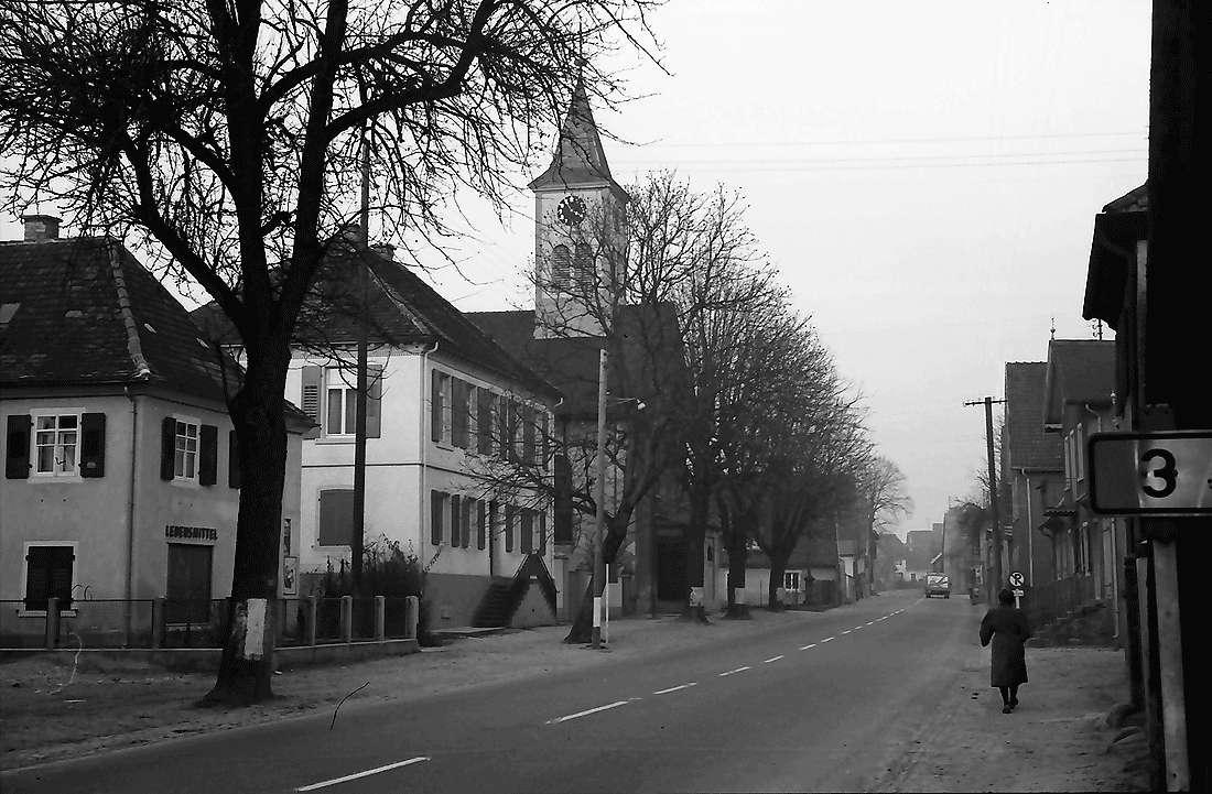 Norsingen: Dorfstraße mit Kirche, Bild 1