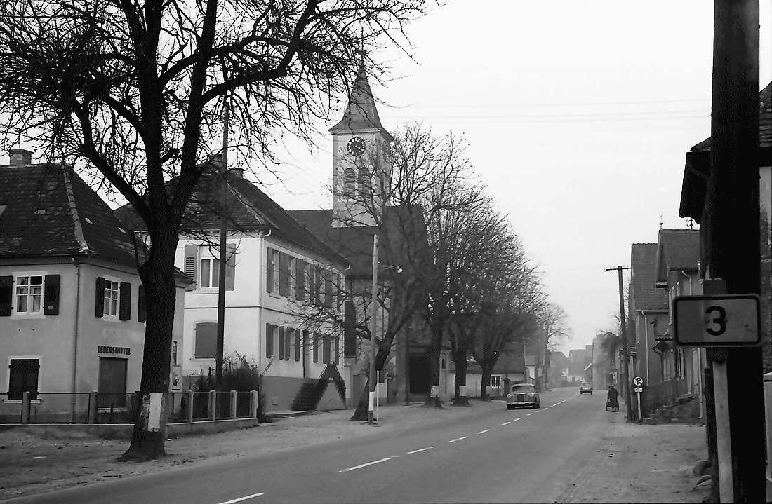 Norsingen: Dorfstraße mit Kirche, Bild 2