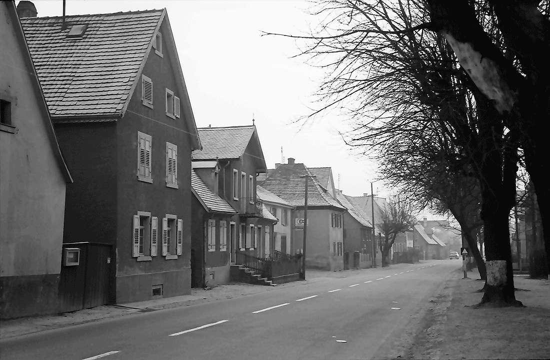 Norsingen: Dorfstraße von der Kirche aus, Bild 1