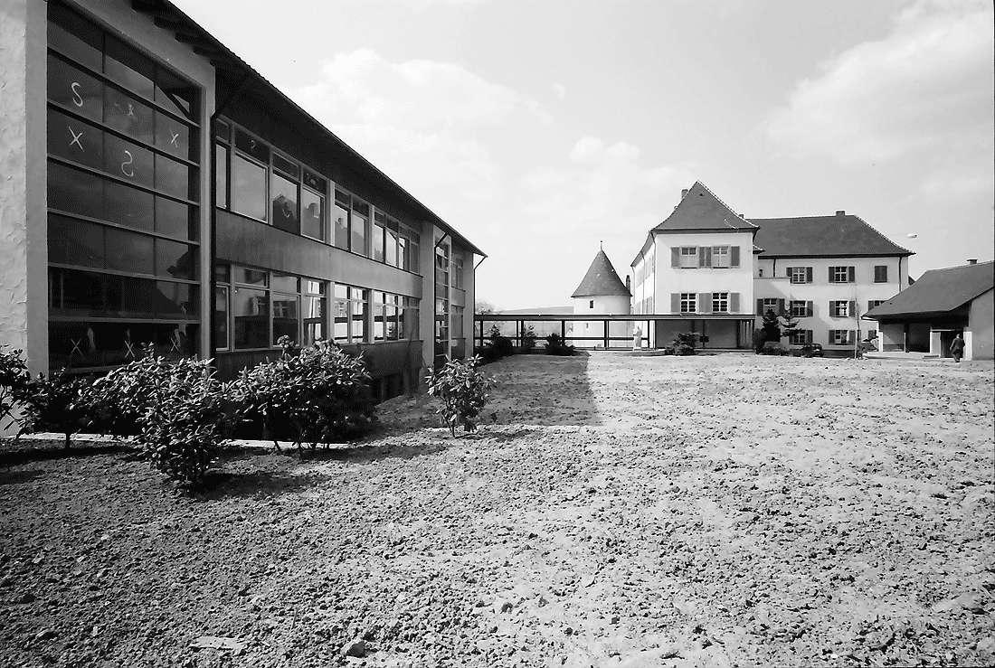 Kirchhofen: Neue Schule und Schloss, Bild 1