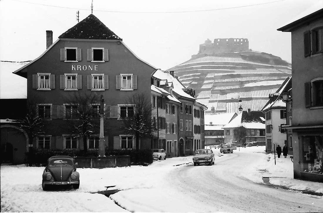 Staufen: Hauptstraße mit Blick zur Burg, Bild 1