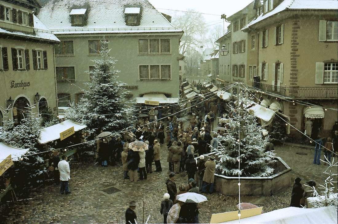 Staufen: Weihnachtsmarkt; Marktplatz vom Rathaus aus gesehen, Bild 2