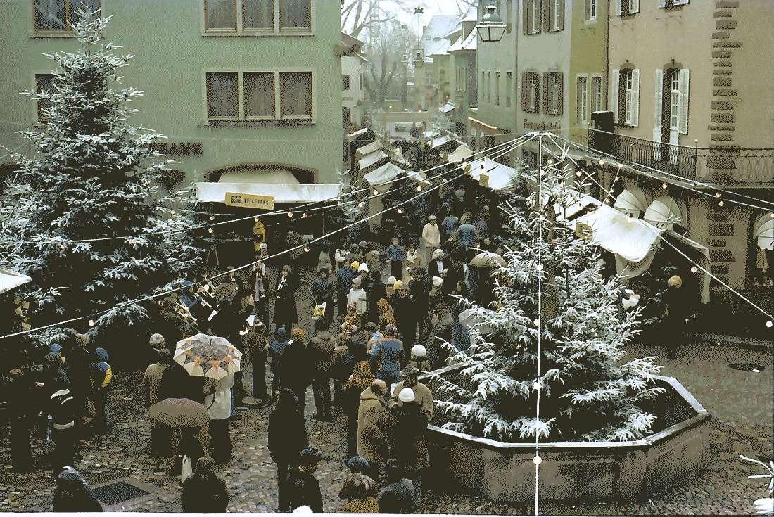 Staufen: Weihnachtsmarkt; Marktplatz vom Rathaus aus gesehen, Bild 1