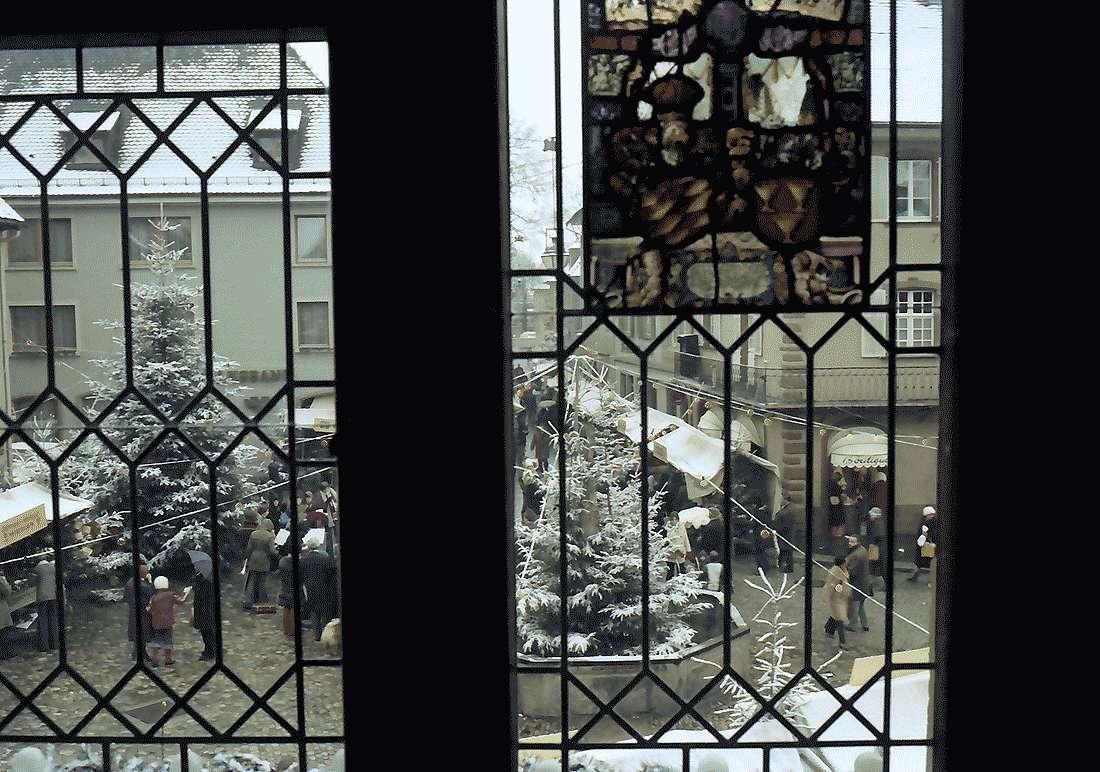 Staufen: Weihnachtsmarkt; Marktplatz vom Rathaus aus gesehen; durch Fenstergitter, Bild 1