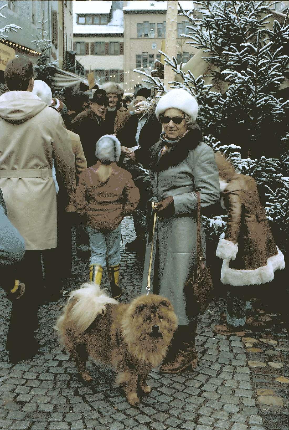 Staufen: Weihnachtsmarkt; mit Chow Chow, Hund von ?, Bild 1