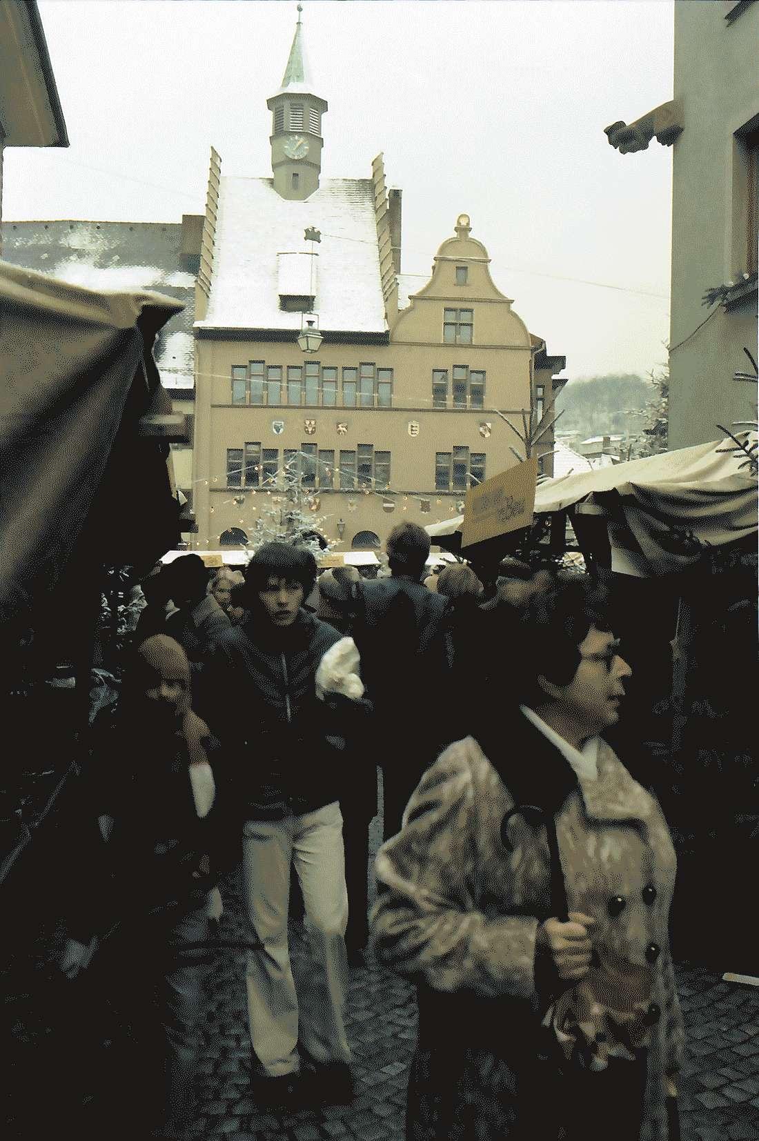 Staufen: Weihnachtsmarkt; Hintergrund Rathaus, Bild 2