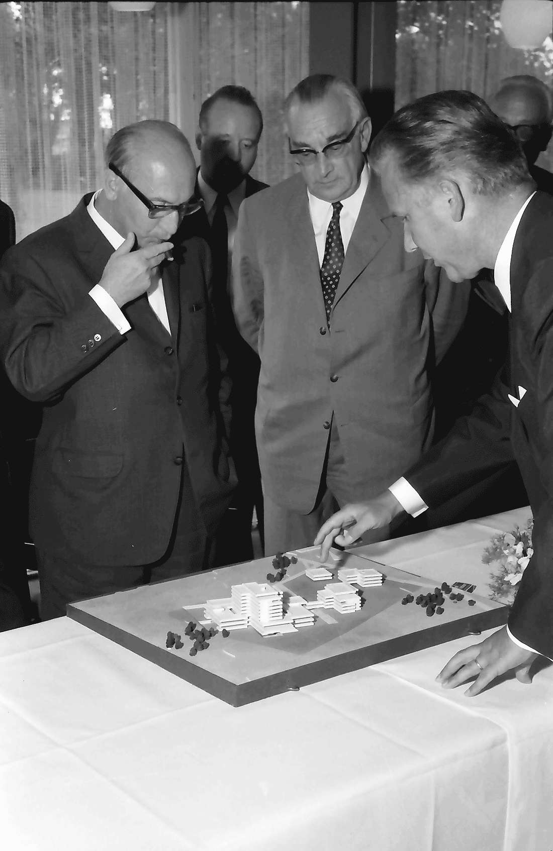 Bad Krozingen: Bundesarbeitsminister Katzer mit Architekt Ruch und Modell des Rehabilitationszentrums, Bild 2