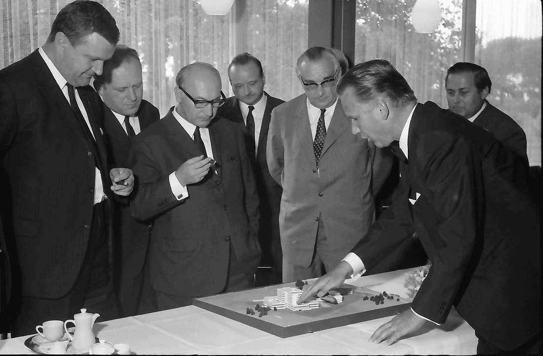 Bad Krozingen: Bundesarbeitsminister Katzer mit Architekt Ruch und Modell des Rehabilitationszentrums, Bild 1