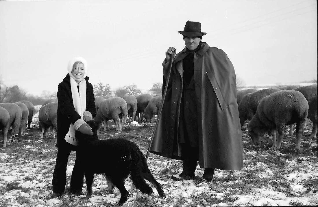 Staufen: Schafherde im beschneiten Feld bei Staufen; Hirte mit Hund und Daniela, Bild 1