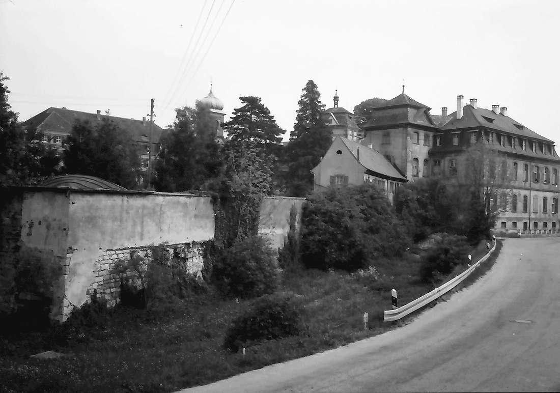 Heitersheim: Schloss mit Wehrmauer und Straße; von Westen, Bild 1