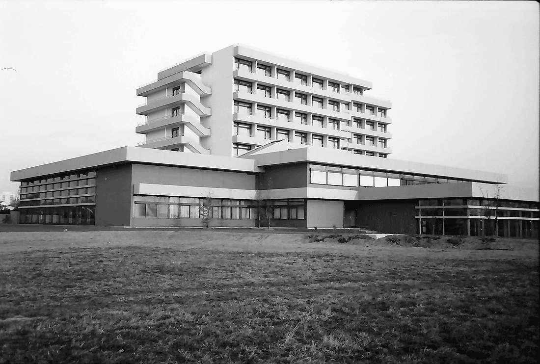 Bad Krozingen: Außenansichten des Rehabilitationszentrums; von Westen, Bild 1