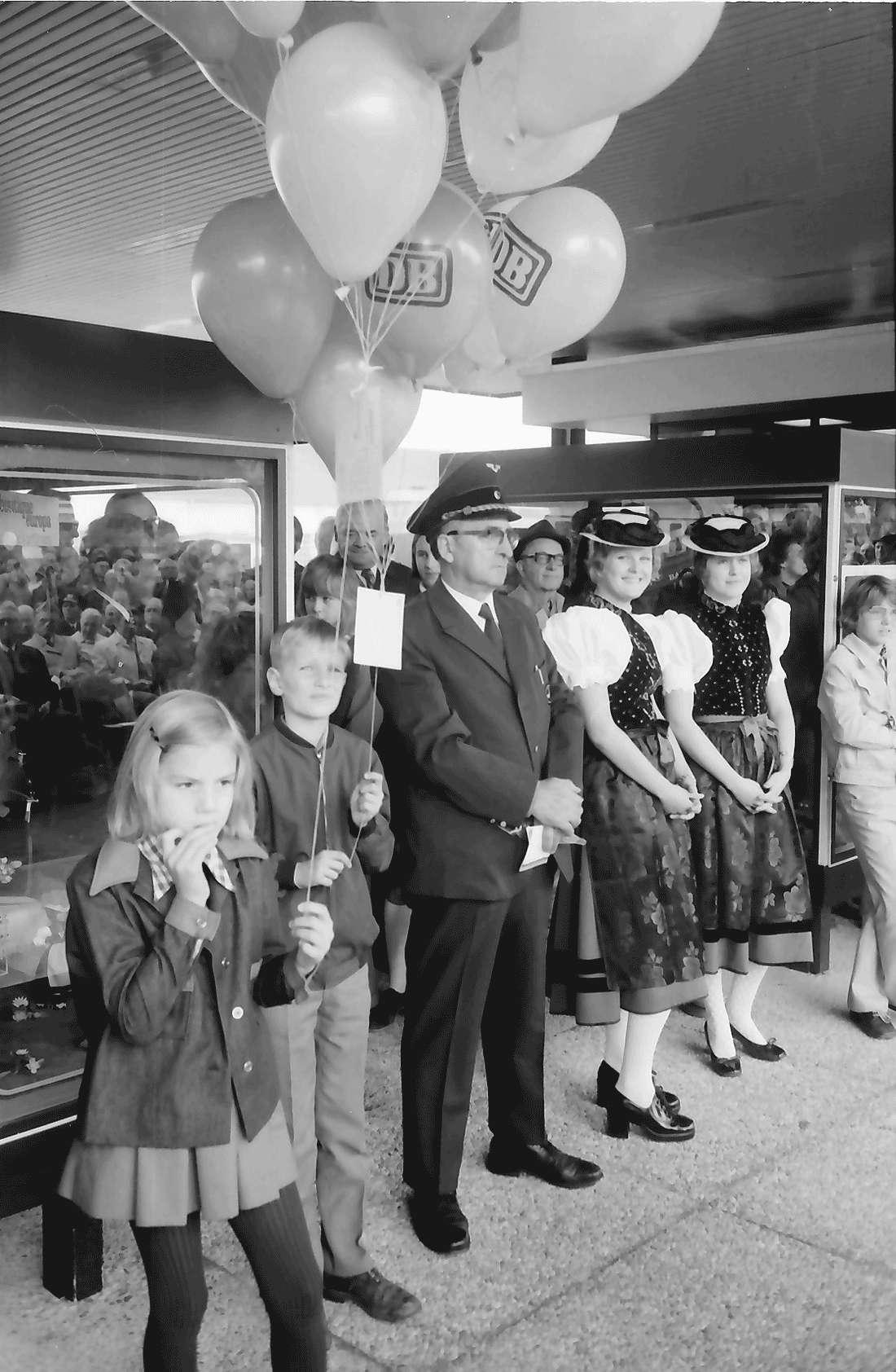 Bad Krozingen: Stationsvorsteher; Kinder mit Ballons; Trachten, Bild 2