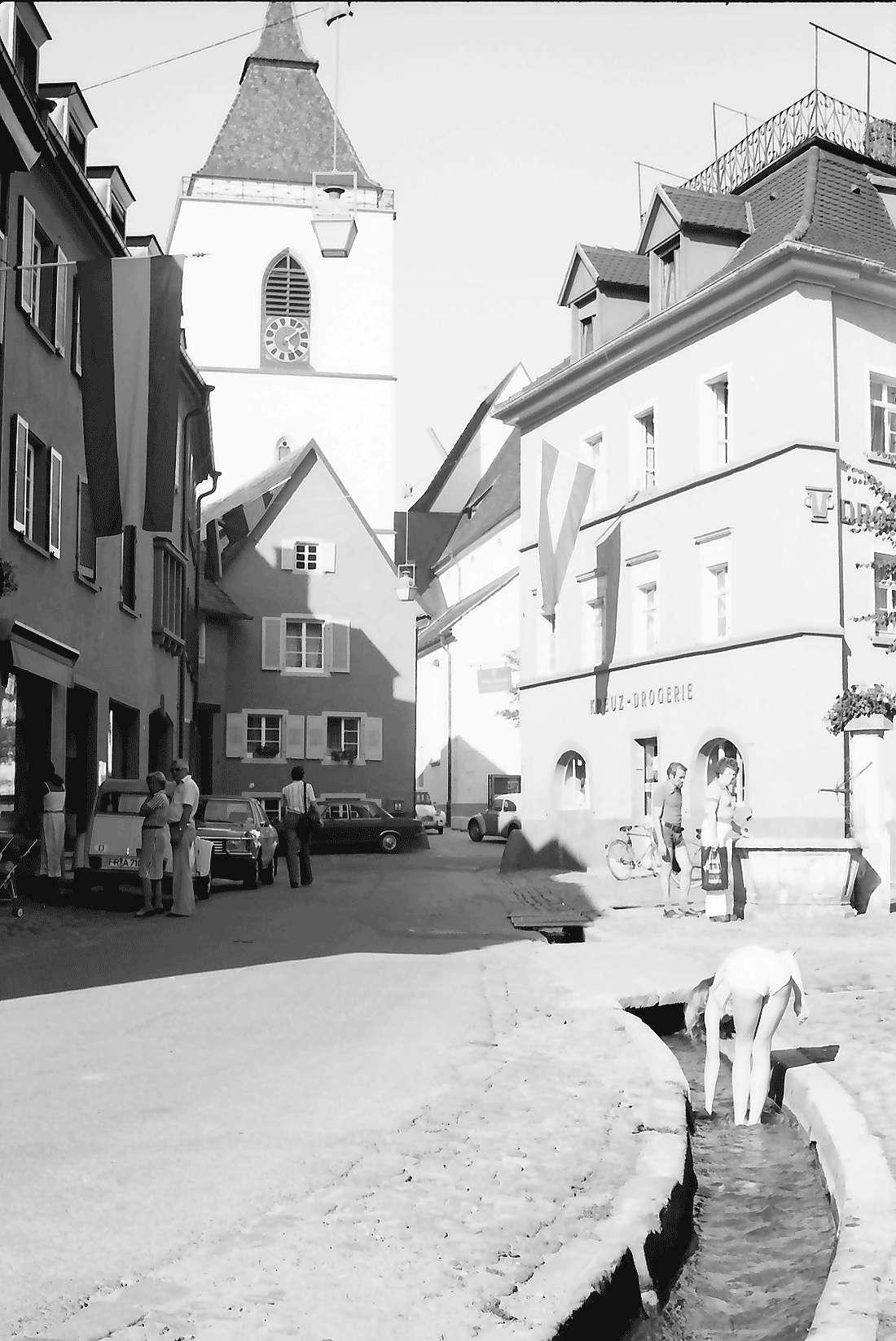 Staufen: Gasse mit Kirche und Bächle, Bild 1