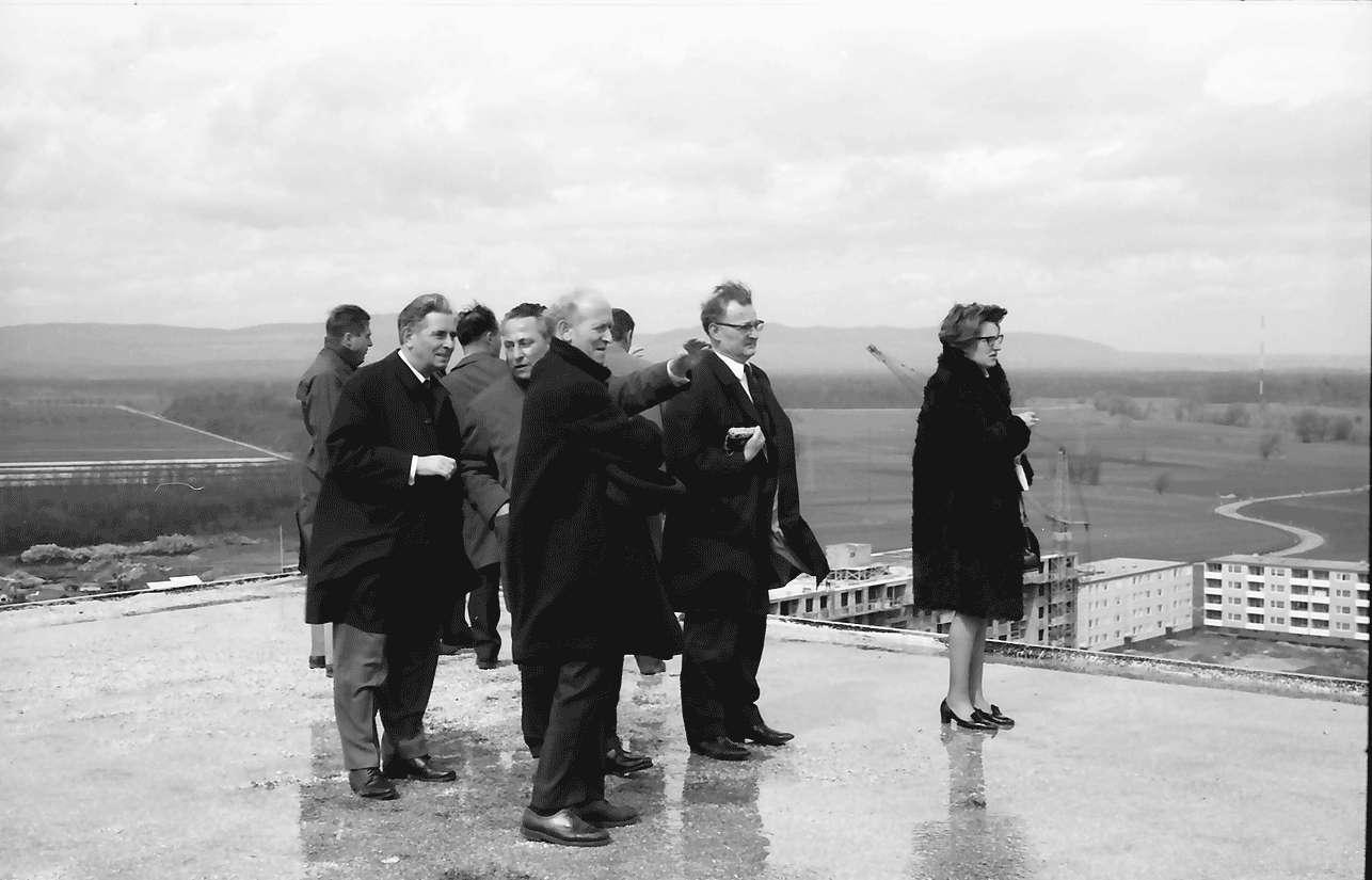 Freiburg; Weingarten: Gruppe mit Direktor Kaiser auf Dach, Bild 1