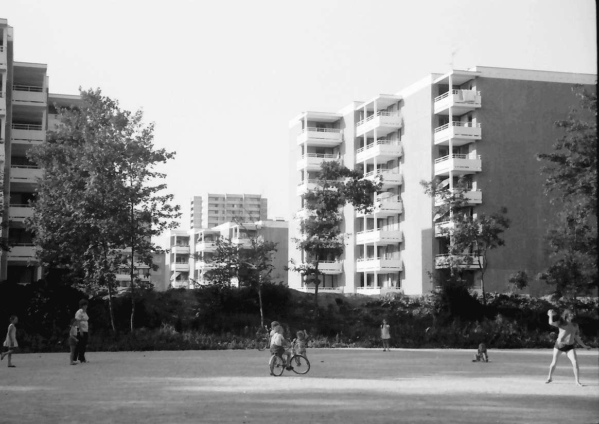 Freiburg; Landwasser: Durchblick auf Wohnbauten; Vordergrund Spielplatz, Bild 1