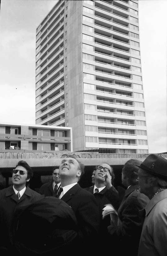 Freiburg; Weingarten: Besichtigung Wohnblock; Weingarten Ost mit Minister Schieler, Staatssekretär und Wohnungsbauminister; vor Wohnhaus, Bild 1