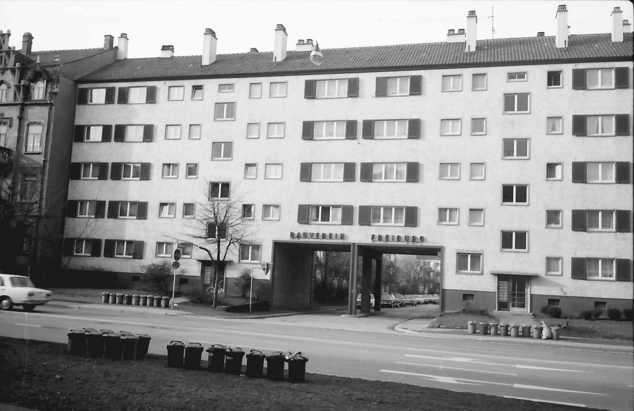 Freiburg; Stühlinger: Wohnhäuser des Bauvereins; Toreinfahrt Schenkstraße; von der Eschholzstraße, Bild 1