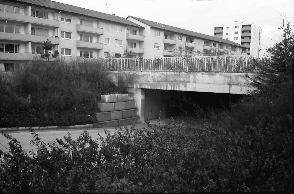 Freiburg; Haslach: Häuserzeile; Mathias-Blank-Straße; Garageneinfahrt, Bild 1
