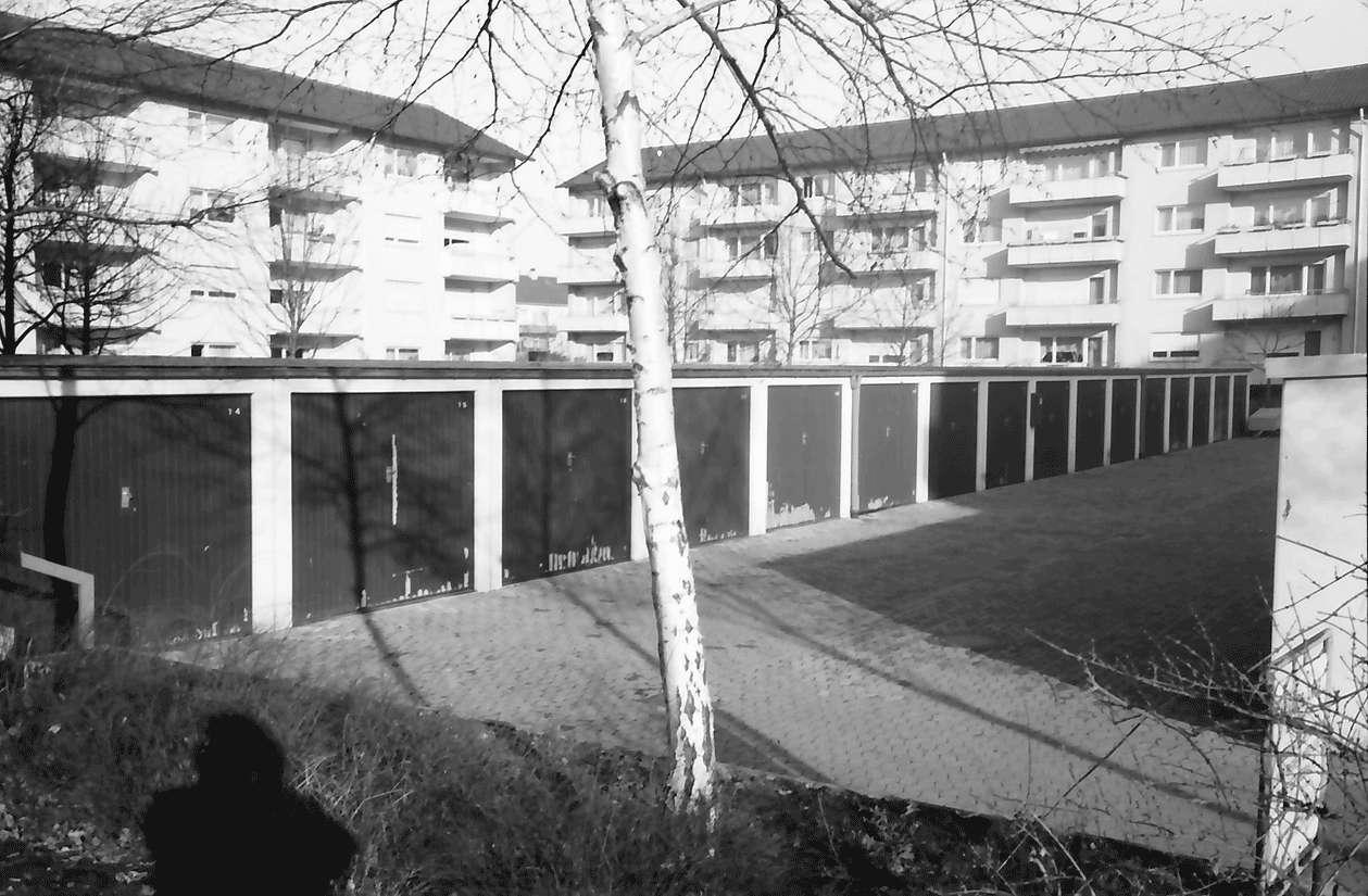 Freiburg; Haslach: Garagenreihe im Hof Antoniterstraße, Bild 1