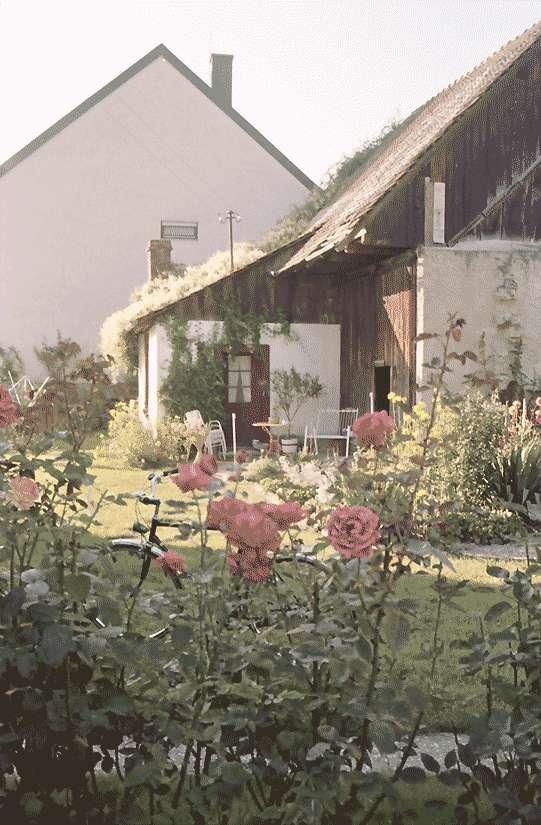 Mengen: Kleiner Hofanbau; Vordergrund Rosengarten, Bild 1