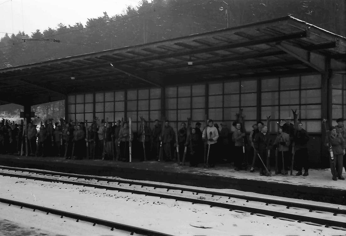 Freiburg; Wiehre: Wintersportler warten auf Sportzug, Bild 1
