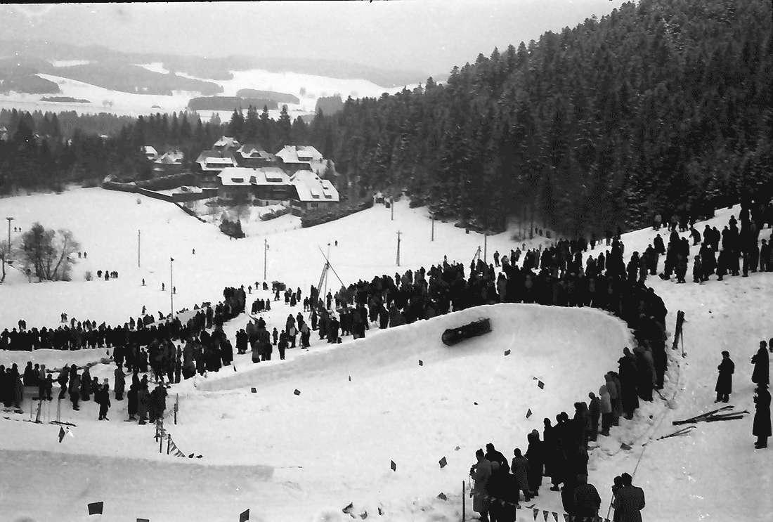 Hinterzarten: Bobbahn; Labyrinthkurve mit Bob; von oben, Bild 2