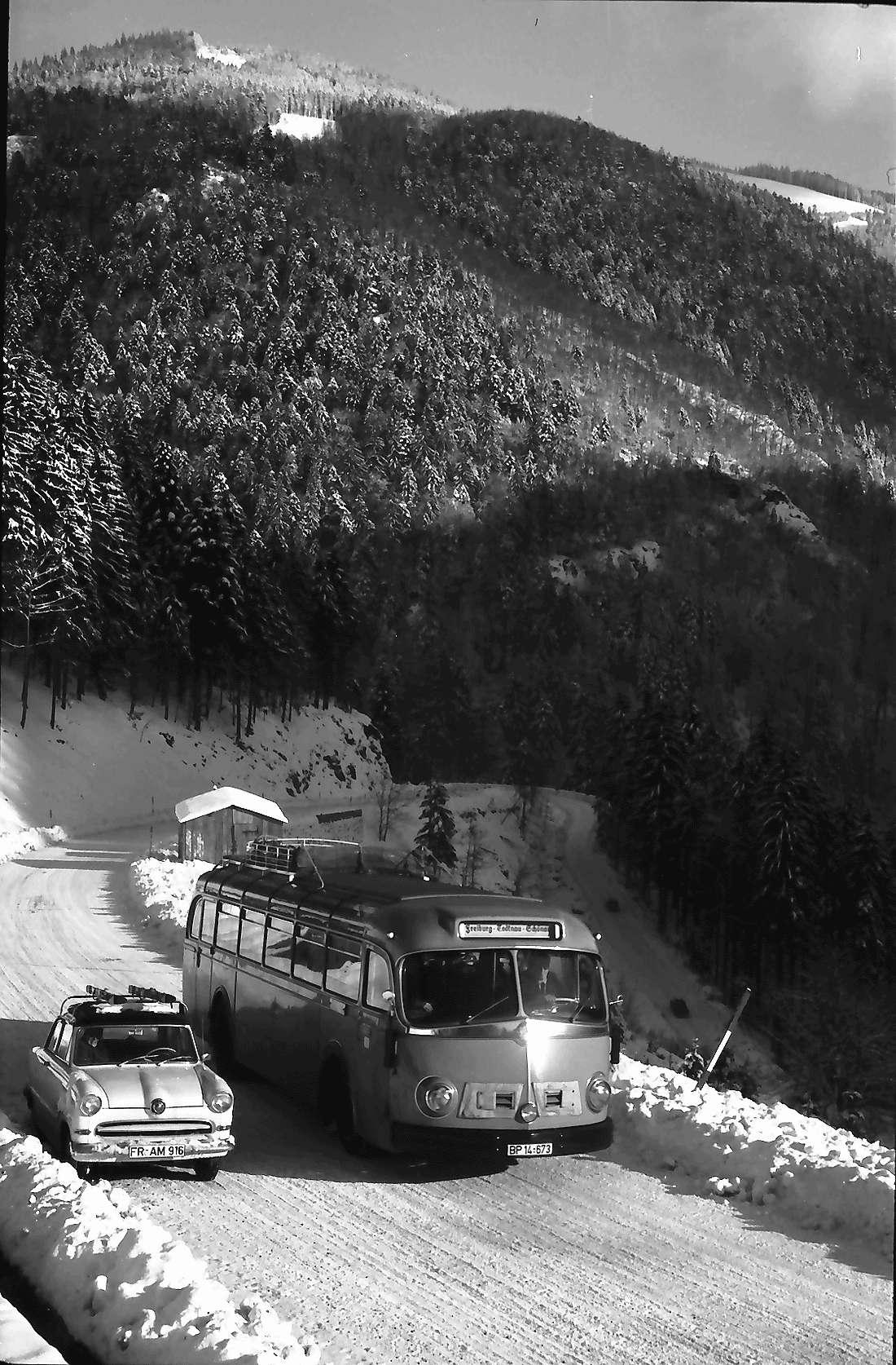 Oberried: Postbus auf der Oberrieder Straße; auf der Steige; überholt Pinguin, Bild 1