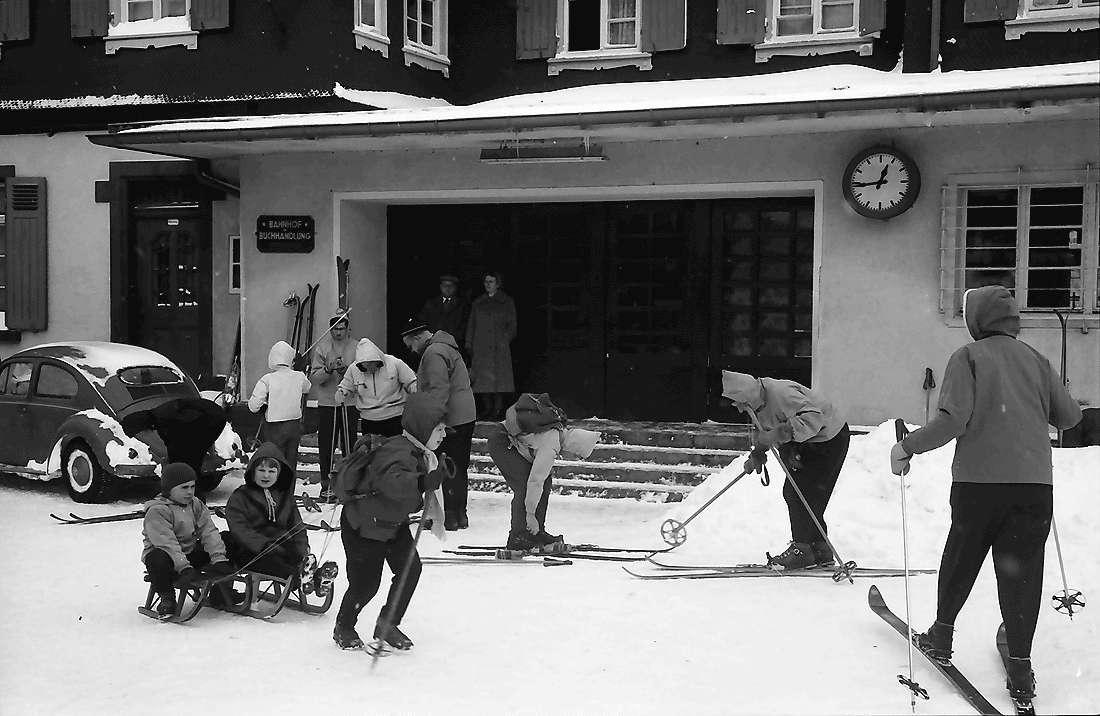 Hinterzarten: Skiläufer am Bahnhof, Bild 2
